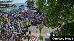 Всю прошлую неделю в абхазском обществе были сосредоточены на драматическом противостоянии внутри страны и не обращали особого внимания на зарубежные комментарии происходящего в Абхазии
