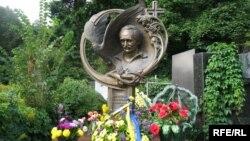 Гробот на украинскиот политичар Вјачеслав Чорновил.