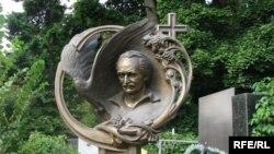 Пам'ятник на могилі В'ячеслава Чорновола на Байковому кладовищі в Києві