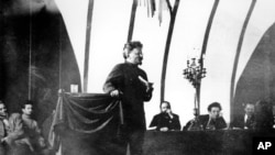 Троцкий произносит речь на заседании Третьего интернационала. Москва. 1921 г.