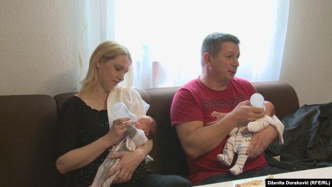 Ante i Emilija Vuković sa dvije od tri novopridošle bebe