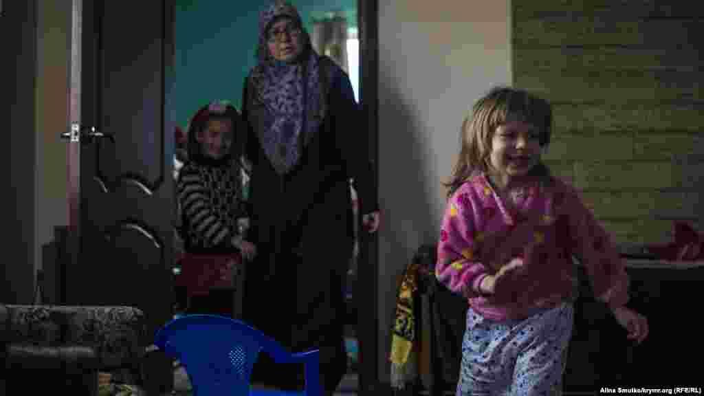 Девочки играют дома