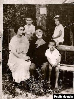 Hacı Zeynalabdin Tağıyev axır illərində Mərdəkandakı bağ evində.Yanında qızlarından biri və onun övladları.
