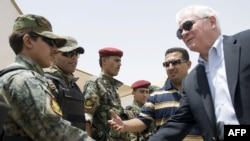 وزير الدفاع الأميركي روبرت غيتس يتحدث الى جنود عراقيين في الناصرية