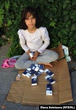 Сирийская девочка-торговка на улице