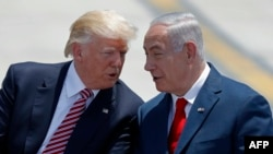 Israel -- Israeli Prime Minister Benjamin Netanyahu (R) and US President Donald Trump speak upon the latter's arrival at Ben Gurion International Airport in Tel Aviv, May 22, 2017