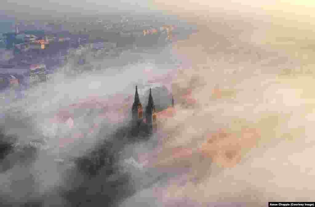 Praga, Wişegraddaky Merhemetli Piter we Pol ybadathanasynyň daşyny gurşan duman. (Amos Chapple)