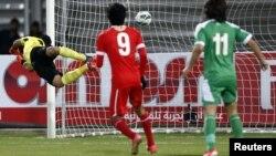 Ирак футболшысы Бахрейн командасының қақапасына доп салған сәт. 15 қаңтар 2013 жыл.
