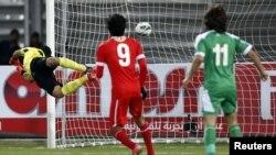 Нападающий Бахрейна забивает гол в ворота иракской сборной во время матча Кубка наций Персидского залива. Иса Таун, 15 января 2013 года.