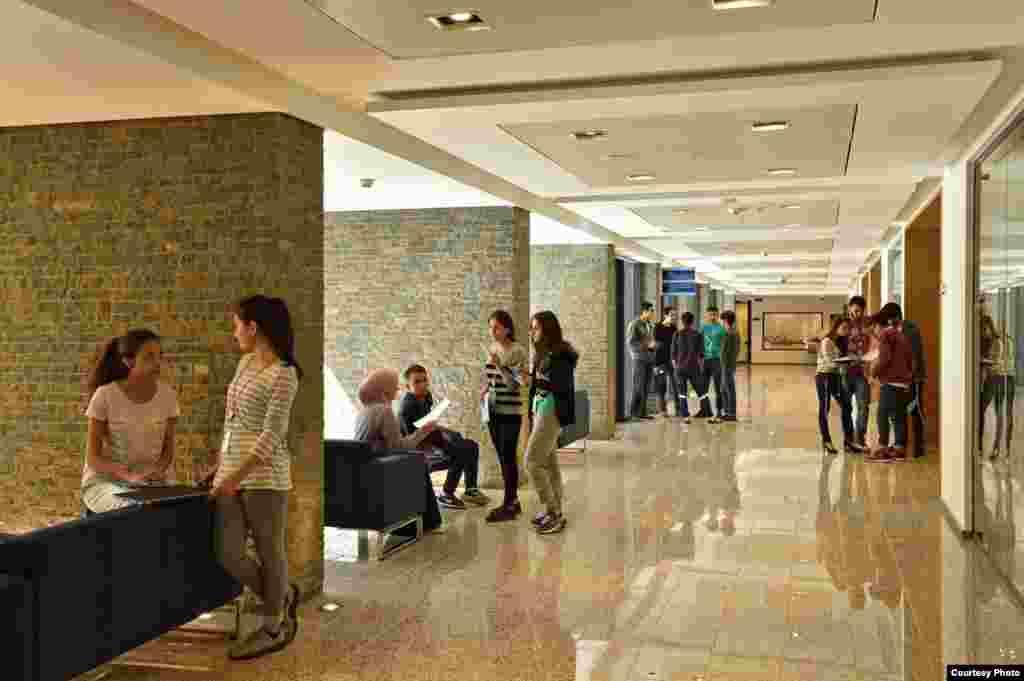 Рассчитанный на 70 студентов университет, в будущем планируется расширить до 1200 ученических мест.