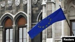 Флаг Евросоюза на здании парламента Венгрии
