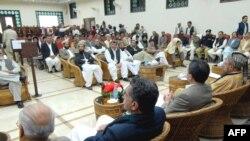 Пакистандык расмий өкүлдөр, саясий жана диний лидерлер талибанчыл колбашчы Моулани Суфи Мохаммадын делегациясы менен сүйлөшүүдө. Пешевар, 16-февраль, 2009-жыл.