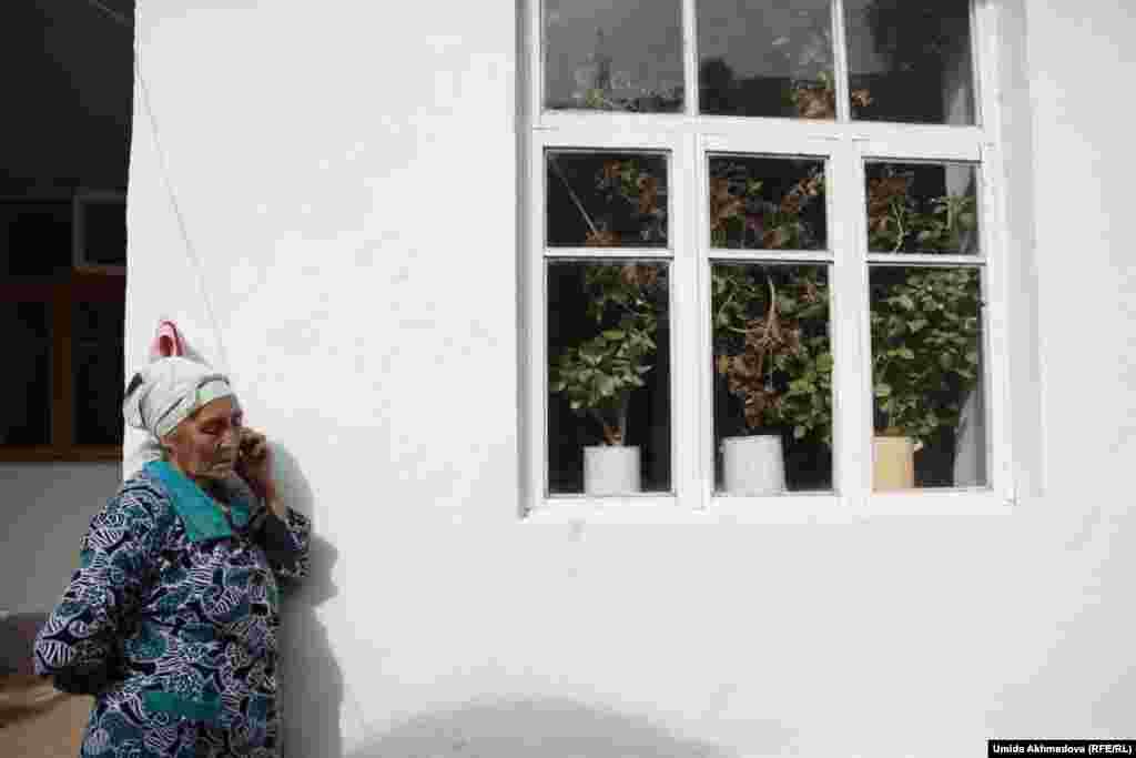 Қызылсулық Тұрсынай апай Ташкенттегі туғанымен телефон арқылы сөйлесіп, қалаға немересін апарып келудің жай-жапсарын келісіп тұр. Бұл ауыл негізінен бау-бақша егіп, мал бағып күнелтеді.