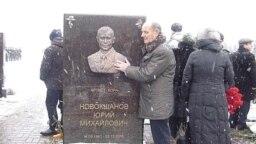 Михаил Васильевич Новокшанов у памятника сыну