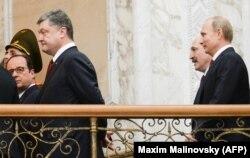 Петро Порошенко, Франсуа Олланд, Володимир Путін та Олександр Лукашенко під час переговорів у Мінську. Лютий 2015 року