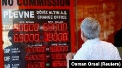 Стамбулда электронды таблодағы валюта бағамын қарап тұрған адам. Түркия, 13 тамыз 2018 жыл.