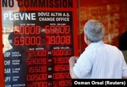 Пункт обмена валют в Стамбуле, 13 августа 2018 года