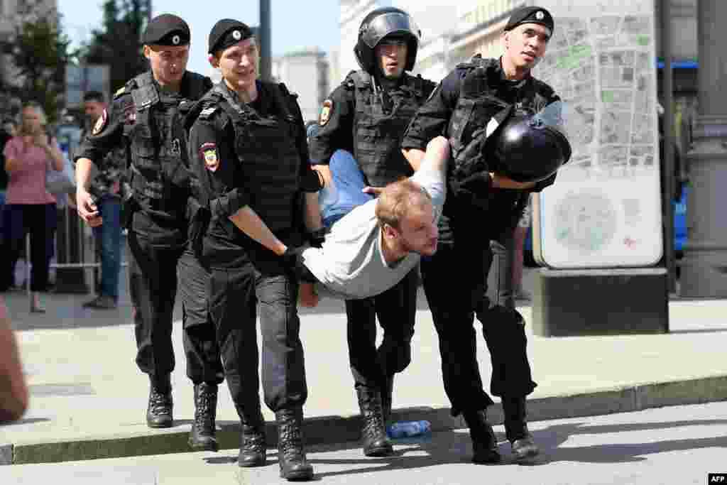 Полиция азаматтарды резеңке таяқпен ұрып, ұстады.