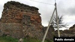 Польскі кантрафорс, справа ад яго — намёк на другі