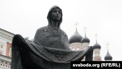 Статуя Маці Божай на фоне праваслаўнага сабору
