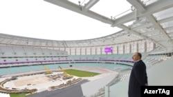 Илхам Алиев жаңы курулган стадиондо