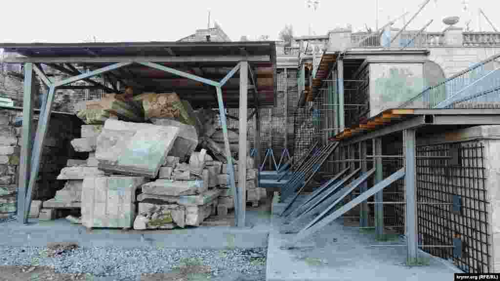 Великі Мітрідатські сходи – один з головних символів Керчі, постраждали від часткового обвалу в 2015 році. Арка на одному з прольотів сходів тріснула по всій площині. Наприкінці квітня 2015 року аварійну ділянку закрили для туристів, захистивши бетонними блоками з написом «Прохід заборонено»