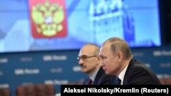 Володимир Путін (л) у приміщенні ЦВК Росії, фото 27 грудня 2017 року