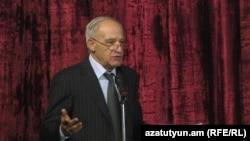 Ճարտարապետների միության նախագահ Մկրտիչ Մինասյանը ելույթ է ունենում միության համագումարում, Երևան, 16-ը նոյեմբերի, 2013թ․