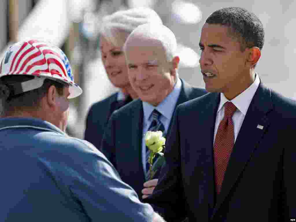 Вшанування жертв – поза політикою - Кандидати на президента республіканець Джон МакКейн і демократ Барак Обама призупинили передвиборні кампанії і спільно у Нью-Йорку вшанували жертв терактів 11 вересня. Напередодні передвиборні штаби кандидатів виступили зі спільною заявою, в якій мовилося, що Обама і МакКейн відвідають жалобну церемонію як прості американці, і що вони на 24 години зупиняють передвиборну кампанію. На церемонії в Нью-Йорку виступив мер міста Майкл Блумберґ. Він зазначив, що американці приходять кожного року на місце трагедії, «щоб побути разом із тими, хто любив і втратив найдорожче; щоб згадати про день, який почався так само, як багато інших днів, але закінчився так, як не закінчувався жодний із них». Під час жалобної церемонії, як минулими роками, зачитали імена майже трьох тисяч загиблих. Жертвами терористів 11 вересня 2001 року у Нью-Йорку стали громадяни 90 країн світу, в тому числі двоє громадян України і 12 вихідців із України.