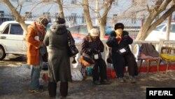 Теңге құнсызданған күні көшеде сауда жасап тұрған адамдар. Атырау, 4 ақпан 2009 жыл. (Көрнекі сурет)