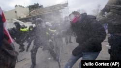 Az amerikai törvényhozás épületénél csaptak össze a rendőrök és az erőszakos tüntetők, Washington (Egyesült Államok), 2021. január 6.