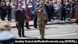 Лейтенант Володимир Соснін після отримання нагороди від президента