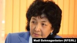 Тарихшы Гүлжаухар Көкебаева Азаттықтың Алматы бюросында онлайн-конференция кезінде. 8 мамыр 2013.