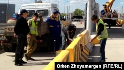 Астана - Бурабай автобанындағы жұмысшылар. 25 мамыр 2013 жыл. Көрнекі сурет.