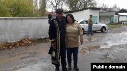 Узбекский диссидент Мурад Джураев после выходы из тюрьмы и правозащитник Васила Иноятова. Ташкентская область, 12 ноября 2015 года.