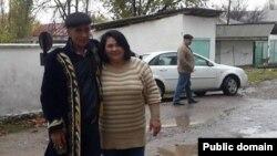 Құқық қорғаушы Васила Иноятова (оң жақта) 20 жыл түрмеде отырып шыққан саяси тұтқын Мурод Жораевпен бірге. Ташкент, 12 қараша 2015 жыл.