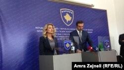 Министрите за економија на Косово и Македонија, Мимоза Кусари Лила и Ваљон Сарачини.