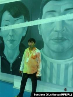 Художник Асхат Ахмедьяров на фоне своей картины «Замандастар». Астана, 12 октября 2012 года.