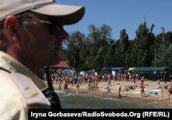 Летом на городских пляжах Мариуполя отдыхает около 50 тысяч человек