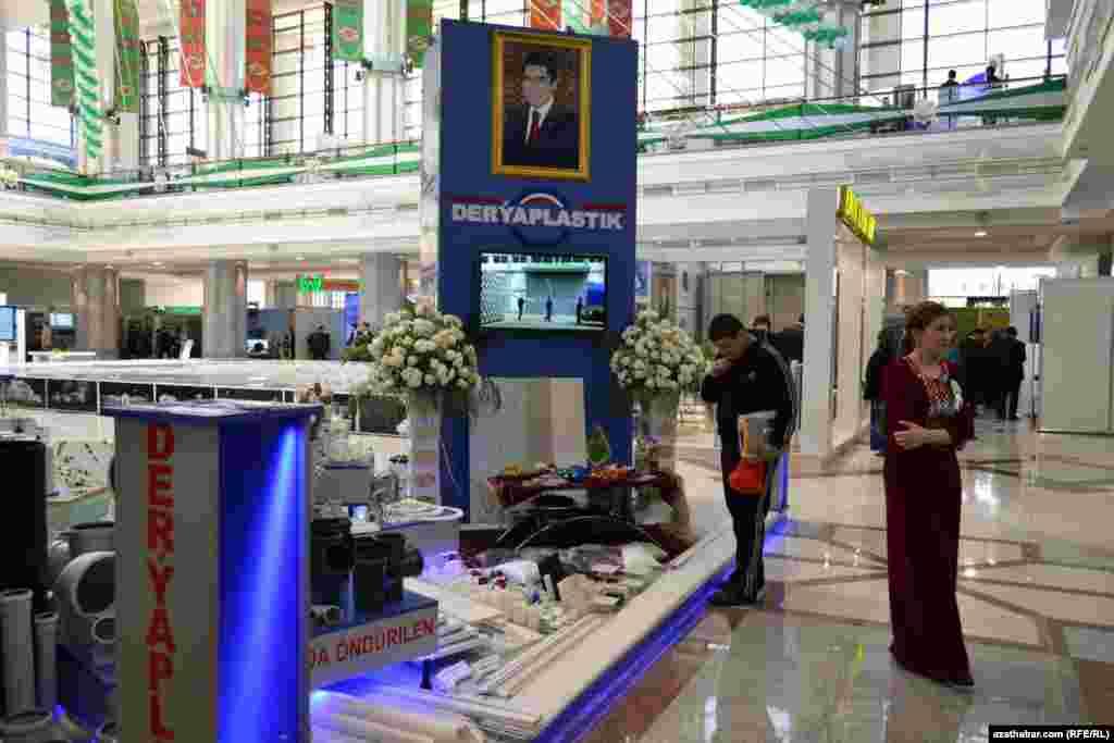 Prezident G.Berdimuhamedowyň ýurtda geçirilen sergileriň birinde ýerleşdirilen portreti