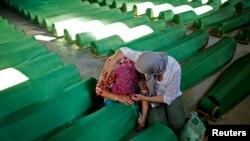Боснійка плаче біля труни родича, ідентифікованого, як жертву Сребреницької різанини, 9 липня, 2014