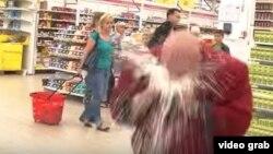 Бывший участник рок-группы «Ленинград» Стас Барецкий кусает банки пива в гипермаркете.