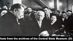 Академик Каныш Сатпаев проводит экскурсию по Академии наук для прибывшего с визитом в Алма-Ату главы СССР Никиты Хрущева.
