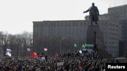 اوکراین: روسي پلوه مظاهرهچیان د خارکیف په مرکز کې راټول شوي چې د پخواني شوروي اتحاد بنسټګر ولادیمیر لینن مجمسه هم پکې ولاړه ده.