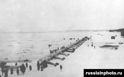 Самолеты Красной армии на замерзшем Финском заливе перед атакой на Кронштадт. Плохая погода затрудняла использование самолетов, бомбардировки были в основном неэффективными.