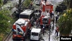 На месте взрыва в Турции в Стамбуле. 7 июня 2016 года.