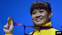 Казахстанская тяжелоатлетка Майя Манеза, завоевавшая третью золотую медаль для Казахстана на Олимпийских играх. Лондон, 31 июля 2012 года.