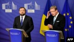 Заместитель премьер-министра Украины Сергей Арбузов (слева) и комиссар ЕС по вопросам расширения Штефан Фюле. Брюссель, 12 декабря 2013 года.