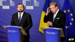 Avropa Birliyinin Genişlənmə və Qonşuluq Siyasəti komissarı Stefan Fuele (sağda) Ukraynanın Baş nazirinin müavini Serhiy Arbuzov-la bir mətbuat konfransı, Brüssel, 12 dekabr 2013