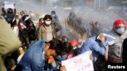 Napok óta kitartanak a tüntetők Mianmarban